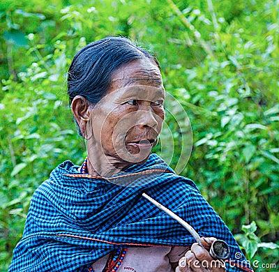 柬埔寨 在密林,柬埔寨人家庭生活 有家庭的祖母与在他的面孔的纹身花图片