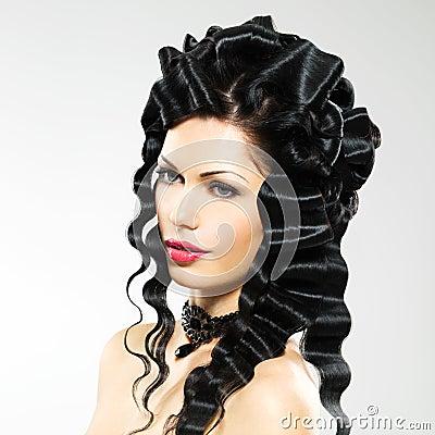 有时尚发型的美丽的妇女