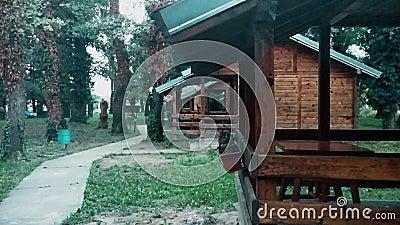 有木房子的村庄有在秋天天气的大阳台的 影视素材