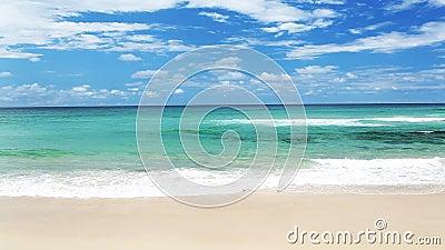 有波浪的海洋在英属黄金海岸海滩