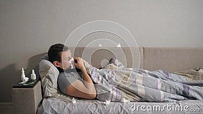 有流感的不适的人和鼻涕抹他的鼻子与组织,当在家时说谎在长沙发 股票视频
