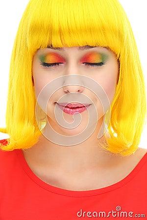 有眼睛被关闭的佩带的五颜六色的眼影膏的妇女