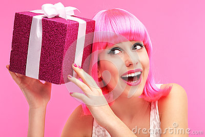 有礼品的愉快的妇女