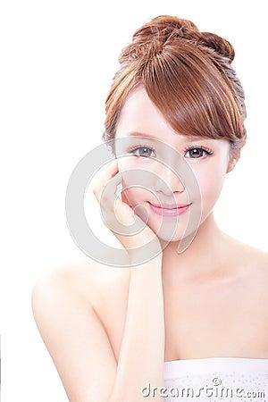 有秀丽面孔和完善的皮肤的妇女