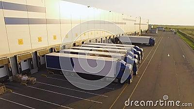 有等候装货的卡车的配给物仓库 影视素材