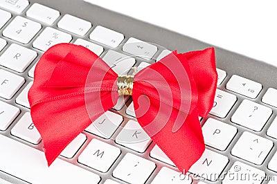 有红色弓的现代计算机键盘。