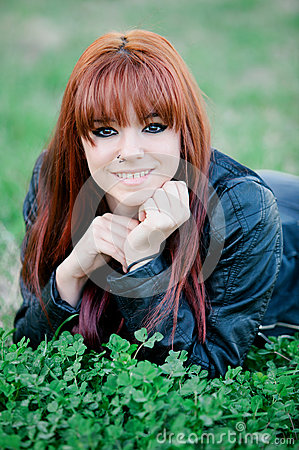 有说谎在草的红色头发的反叛少年女孩.图片