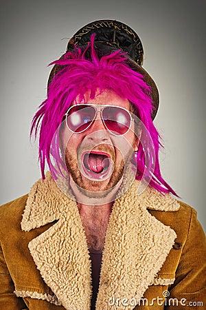 有凉快的太阳镜的桃红色头发的有胡子的二赖子疯子人.