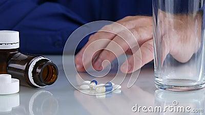 有药片的紧张的人在表上做不安定的手指姿态 影视素材