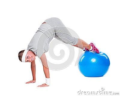 有蓝色球的有效的女运动员