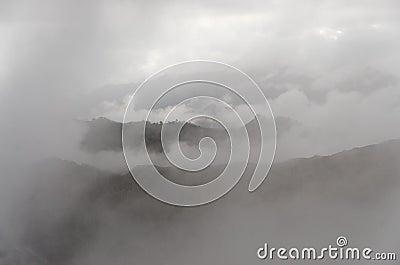 有薄雾的谷