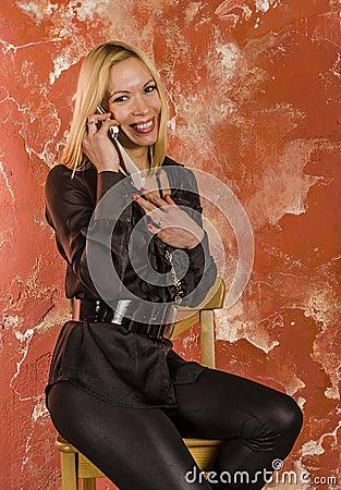 和少妇做�9�.k{x+_有袋子的美丽的少妇时尚和在一件黑衬衣情感地谈话在电话