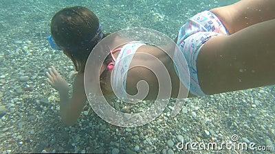 有面具的女孩探索在水面下在地中海的 影视素材