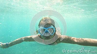 有面具的女孩探索在水面下在地中海的 股票录像