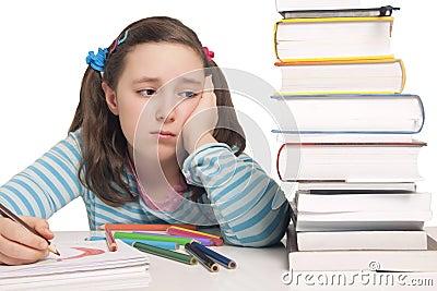 有颜色铅笔和书的美丽的女孩担心