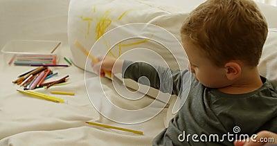 有颜色铅笔的男孩在沙发4k 影视素材