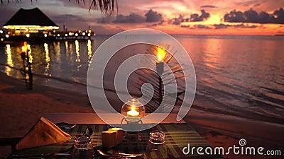 服务的桌在海洋的餐馆预期访客 股票视频