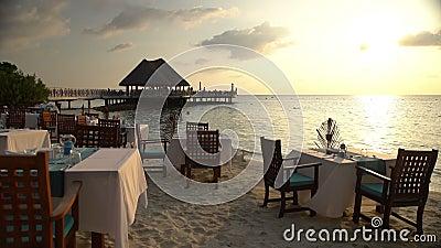 服务的桌在海洋的餐馆 影视素材