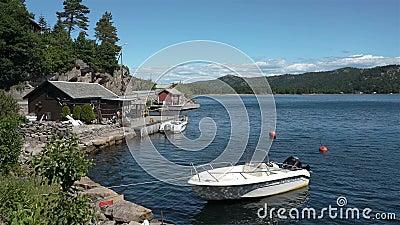 村庄船库和小船在岸在挪威的南海岸 股票录像