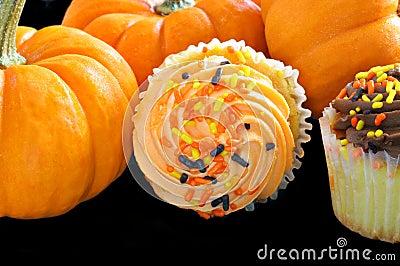 杯形蛋糕装饰了包围的万圣节南瓜. -杯形蛋糕万圣节 6786124图片