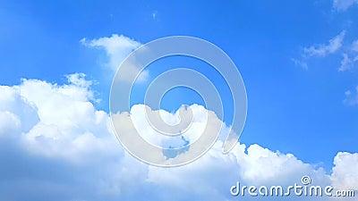松的蓬松白色云彩蓝天时间间隔移动云彩背景,多云天空timelapse,与大美好的cloudscape,时间l 股票录像