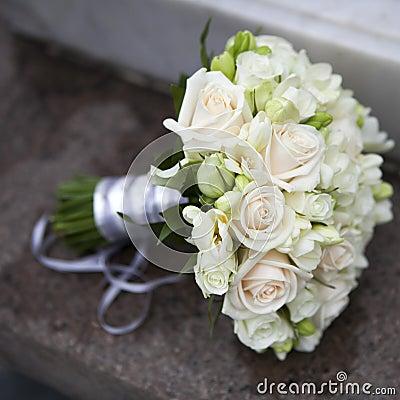 桃红色和空白玫瑰婚礼花束