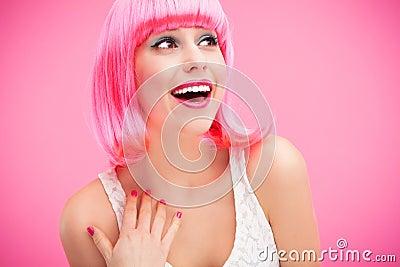 桃红色头发女孩笑