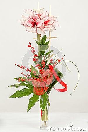 桃红色百合花花束在花瓶的在白色