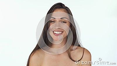 梦想的少妇作梦关于某事,记得并且微笑站立在白色背景 影视素材