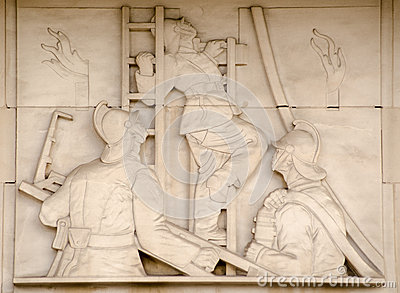 梯子雕塑的消防队员