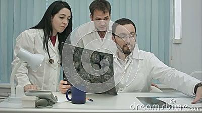 检查患者的年轻害怕医师三重奏  股票录像