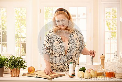 检查食谱的妇女在厨房里