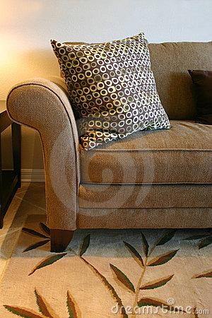 棕色枕头沙发