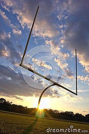 橄榄球目标张贴日落
