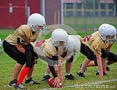 橄榄球线路准备好的并列争球青年时&# 图库摄影片