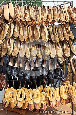 从皮革制作的欧洲农民鞋类手.图片