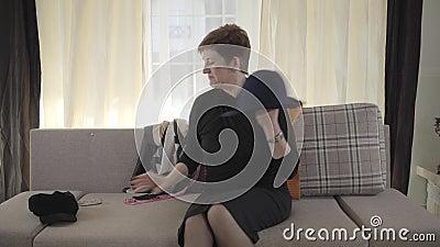 正面成熟女性向镜头挥手展示优雅帽子和疤痕的特写 资深女博主 股票视频