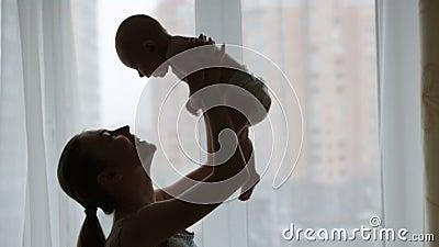 母亲和婴孩