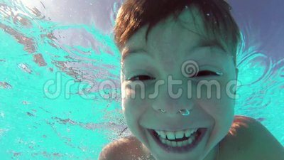 水池的男孩
