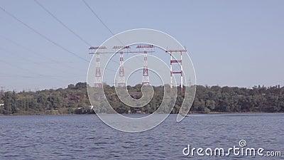 汽船在河漂浮以高压输电塔为背景 影视素材