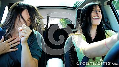 汽车跳舞的美丽的妇女,当进来在假期时 股票录像