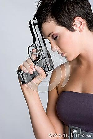 沮丧的枪妇女