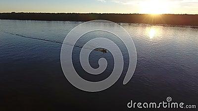 河和渔夫可膨胀的小船的 股票录像
