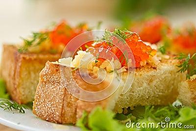油煎的多士用干酪和红色鱼子酱