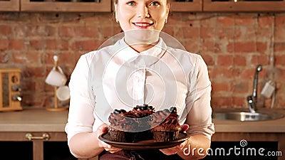 法式蛋糕铺烹饪路线厨师提议杯形蛋糕 股票视频