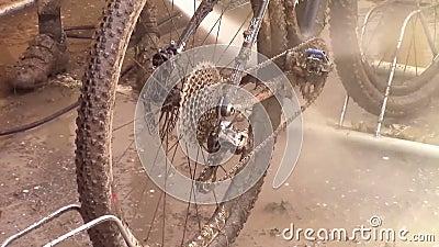 泥泞的自行车 股票录像