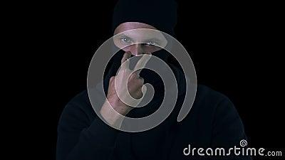 注意您的危险犯罪陈列姿态威逼的受害者,罪行 股票视频