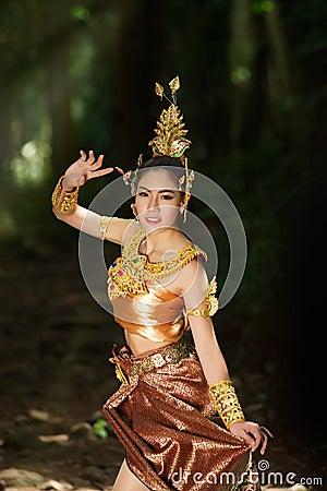泰国传统戏曲礼服的美丽的泰国夫人