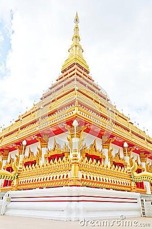 泰国寺庙的金黄塔, Khonkaen泰国