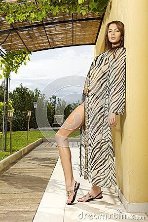 阴荡少妇网_摆在庭院的泳装游泳衣的美丽和淫荡少妇.